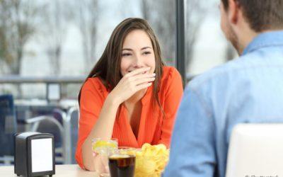 4 maneiras de ajudar um amigo que tem mau hálito