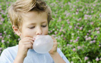 Chiclete sem açúcar não prejudica a saúde bucal, mas exige cuidado