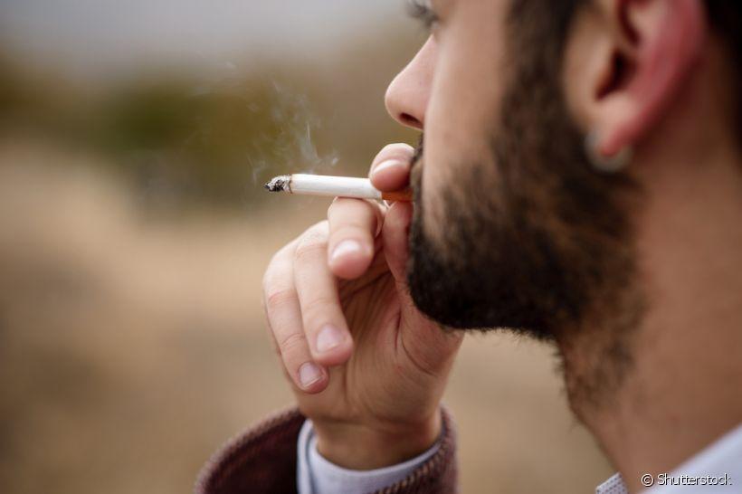 Pacientes em clareamento dental devem evitar o cigarro. Entenda os motivos
