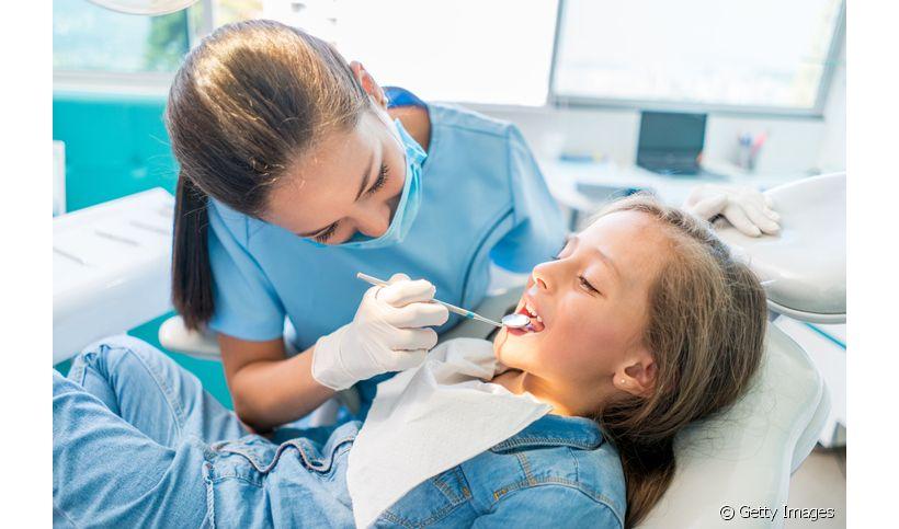 A cárie oculta possui os mesmos sintomas da cárie comum? Dentista explica as diferenças