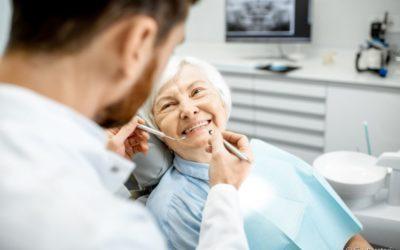 Próteses mal ajustadas podem provocar aftas? Dentista explica a questão