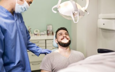 Implante dentário: entenda sua função, principais cuidados e quem pode realizar o procedimento que resgata o seu sorriso