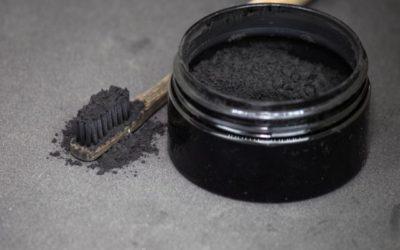 Devo usar carvão ativado puro para clarear os dentes?
