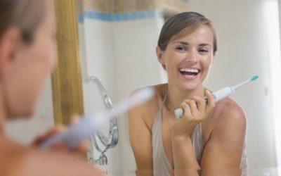 Escova elétrica pode ajudar a clarear os dentes? Entenda mais sobre essa ferramenta de higiene dental