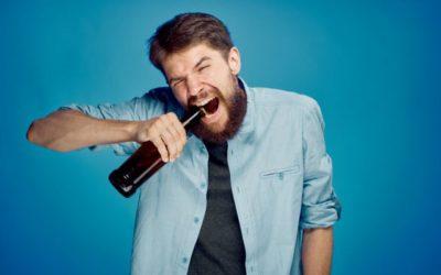 Abrir garrafas com os dentes é uma prática segura? Dentista explica os riscos desse hábito