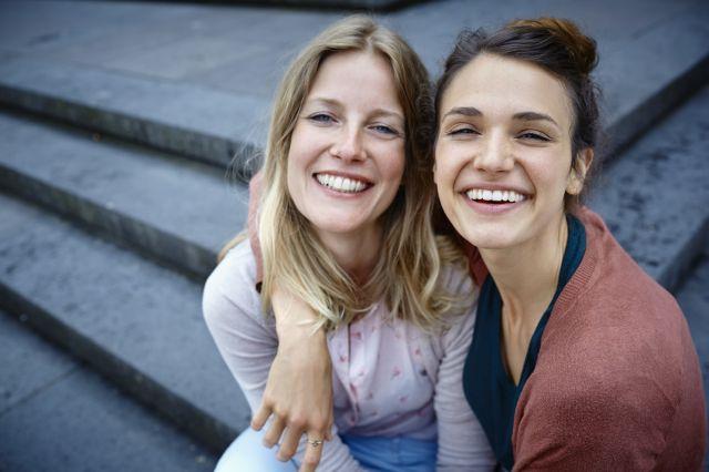 Alface presa nos dentes, mau hálito: 4 situações em que você pode ajudar seu amigo a ter um sorriso mais saudável