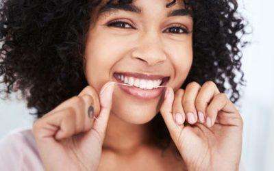 Fio dental: como usar? Qual é a ordem correta de utilizar na higiene bucal? Quais são os tipos de fio? Os benefícios desse cuidado para a saúde oral