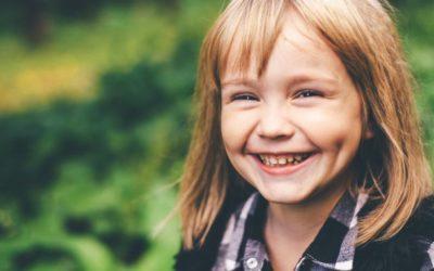 Dente de leite não cai: saiba o que pode causar o quadro e como ajudar o seu filho nesse momento